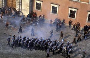 """1982, Βαρσοβία.  Αστυνομικοί συγκρούονται με διαδηλωτές της """"Αλληλεγγύης"""", οι οποίοι διαμαρτύρονται για την κύρηξη στρατιωτικού νόμου στην πολωνία από το στρατηγό Γιαρουζέλσκι."""