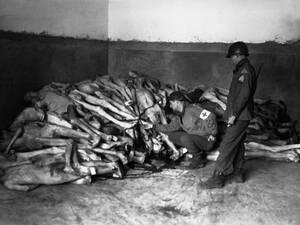 1945, Νταχάου.  Πτώματα στιβαγμένα δίπλα σε φούρνους, στο στρατόπεδο συγκέντρωσης του Νταχάου, που έχει απελευθερωθεί από τους συμμάχους.