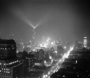 1956, Νέα Υόρκη.  Νυχτερινή άποψη της πόλης, με το φάρο στην κορυφή του Εμπάιαρ Στέιτ Μπίλντινγκ να δεσπόζει.