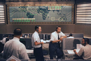 1961, Φλόριντα.  Οι τεχνικοί στο κέντρο Ελέγχου ετοιμάζονται για την πρώτη πτήση που θα φέρει Αμερικανό αστροναύτη, τον Άλαν Σέπαρντ, σε τροχιά γύρω από τη Γη.