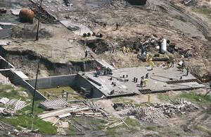 1993, Γουέικο, Τέξας.  Ερευνητές συνεχίζουν να ψάχνουν για πτώματα στα συντρίμια του καταφυγίου της αίρεσης των Δαυιδιανών, στο Γουέικο του Τέξας. Το καταφύγιο παραδόθηκε στις φλόγες στις 19 Απριλίου και υπολογίζεται ότι 72 άνθρωποι έχασαν τη ζωή τους.