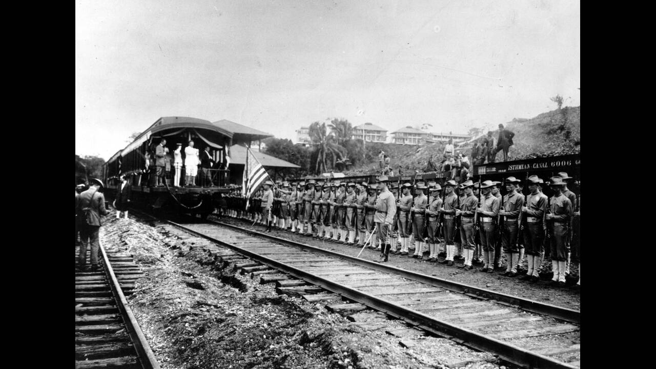 1906, Παναμάς.  Ο Πρόεδρος των ΗΠΑ, Θεόδωρος Ρούσβελτ, επιθεωρεί τα έργα κατασκευής της Διώρυγας του Παναμά.