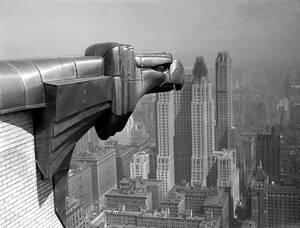 1931, Μανχάταν.  Ένα γκαργκόιλ στο κτήριο της Κράισλερ κοιτάει τους πύργους Γκόθαμ που κατασκευάζονται στο βάθος.