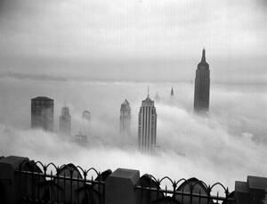 1943, Νέα Υόρκη.  Η θέα του Μανχάταν από τον 69ο όροφο του κτηρίου RCA. Στο βάθος δεξιά, μέσα από τα σύννεφα, φαίνεται το Εμπάιαρ Στέιτ Μπίλντινγκ.