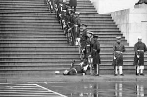 1972, Ουάσινγκτον.  Ένα μέλος της ναυτικής τιμητικής φρουράς λιποθυμάει από εξάντληση στην κηδεία του Έντγκαρ Τζ. Χούβερ.