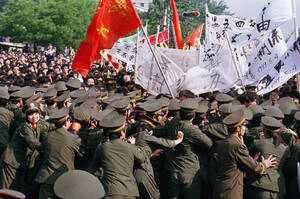 1989, Πεκίνο.  Η κινεζική αστυνομία προσπαθεί να συγκρατήσει το πλήθος που διαμαρτύρεται και διαδηλώνει στην πλατεία Τιέν Αν Μεν, ζητώντας μεταρρυθμίσεις.