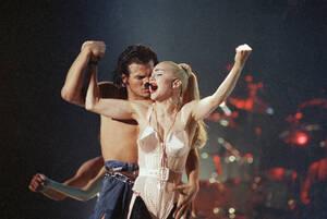 1990. Χιούστον.  Η Μαντόνα ξεκινάει την παν-Αμερικανική της περιοδεία από το Χιούστον του Τέξας, όπου λόγω υψηλής ζήτησης θα δώσει τέσσερις συναυλίες.