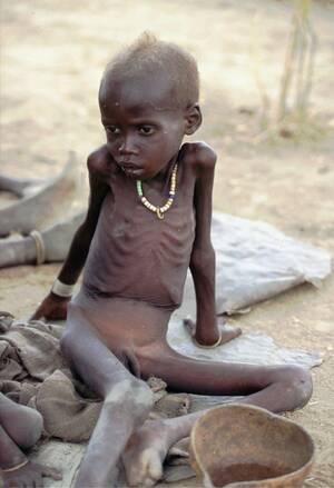 1998, Νότιο Σουδάν.  Ένα παιδί περιμένει την ανθρωπιστική βοήθεια, στο Αλιέπ του νοτίου Σουδάν. Ο ΟΗΕ έχει ανακοινώσει ότι θα αρχίσει να στέλνει επιπλέον βοήθεια στο σπαρασσόμενο από τον πόλεμο Σουδάν. Περισσότεροι από 700.000 άνθρωποι σε διάφορα σημεία