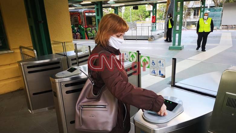 Άρση μέτρων: Με μάσκες και τηρώντας τις αποστάσεις οι πολίτες στα μέσα μαζικής μεταφοράς