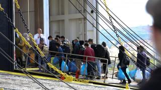 Στον Πειραιά 249 μετανάστες από τη Μυτιλήνη