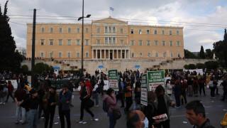 Κορωνοϊός: Διαμαρτυρία στο Σύνταγμα χωρίς μέτρα προστασίας