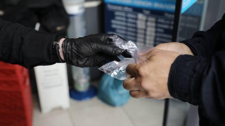 Άρση μέτρων - Καθηγήτρια του ΕΚΠΑ: Γιατί δεν πρέπει να φοράμε γάντια