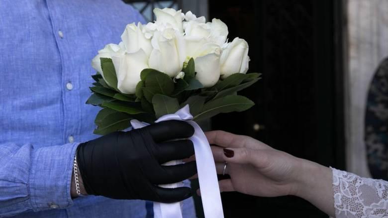 Γάμος εν μέσω κορωνοϊού: Χορός με γάντια και μαντήλια και... live streaming για τους ευπαθείς