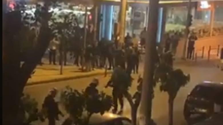 Αγία Παρασκευή: Σύγκρουση εκατοντάδων ατόμων με τα ΜΑΤ - Τι λέει ο δήμαρχος