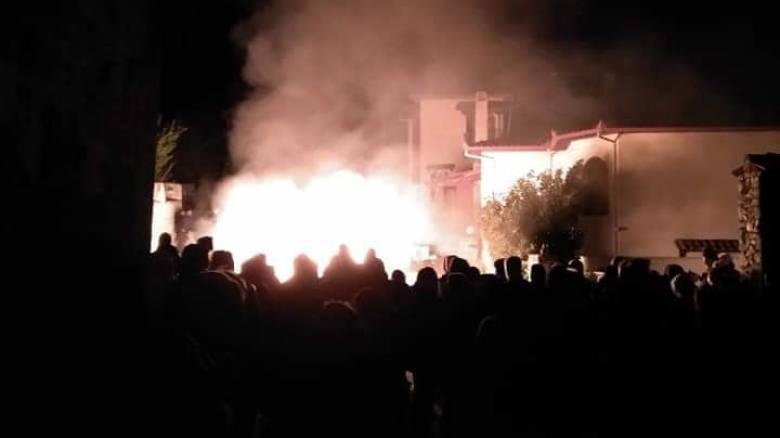 Πεδίο «μάχης» η Πέλλα: Φωτιές σε δρόμους και ξενοδοχείο που θα φιλοξενούνταν πρόσφυγες
