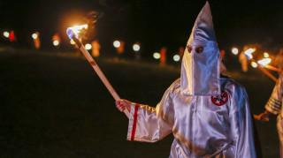 Κορωνοϊός - ΗΠΑ: Άντρας ψωνίζει φορώντας μάσκα Κου Κλουξ Κλαν