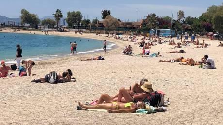 «Πλημμύρισαν» με κόσμο οι νότιες παραλίες της Αττικής