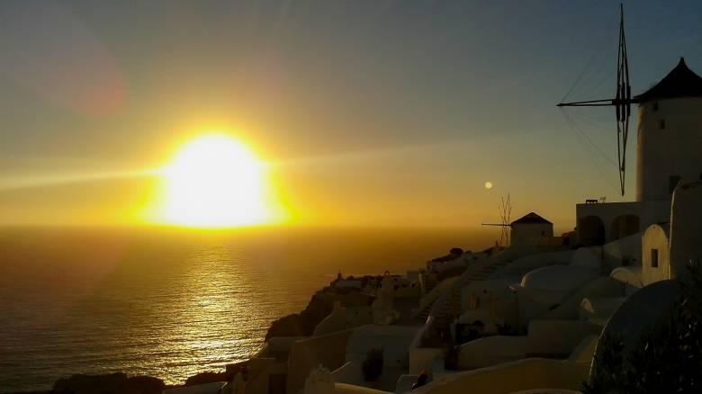 Το μαγευτικό ηλιοβασίλεμα της Σαντορίνης σε live μετάδοση από το Reuters