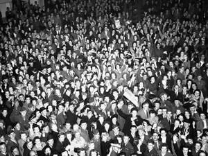 1945, Λονδίνο. Βρετανοί πολίτες και στρατιώτες, στο Πικαντίλι Σέρκους, γιορτάζουν την συνθηκολόγηση της Γερμανίας.