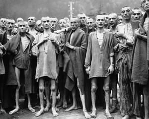 1945, Αυστρία.  Αποστεωμένοι κρατούμενοι, ημιθανείς από την πείνα, σε ένα από τα μεγαλύτερα ναζιστικά στρατόπεδα συγκέντρωσης, το Evensee, στις Αυστριακές Άλπεις. Στο στρατόπεδο, πέθαιναν περίπου 2.000 άνθρωποι την εβδομάδα. Απελευθερώθηκαν από την 80η Μ