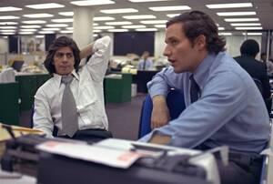 1973, Ουάσινγκτον.  Ο Μπομπ Γούντγουορντ (δεξιά) και ο Καρλ Μπερνστάιν, οι δύο δημοσιογράφοι που το ρεπορτάζ τους για την υπόθεση Γουότεργκέιτ τους χάρισε το βραβείο Πούλιτζερ, στα γραφεία της εφημερίδας τους, της Νιού Γιόρκ Ποστ.