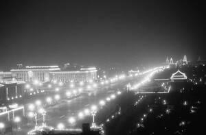 1979, Πεκίνο.  Η πρωτεύουσα της Κίνας έχει φωταγωγηθεί για να εορταστεί η Πρωτομαγιά. Στο κέντρο της φωτογραφίας η λεωφόρος Τσανγκ Αν και στα δεξιά η πλατεία Τιέν Αν Μεν.