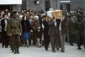 1981, Μπέλφαστ.  Συνοδευόμενο από κουκουλοφόρους του Ιρλανδικού Δημοκρατικού Στρατού, το φέρετρο του Μπόμπι Σαντς που πέθανε από απεργία πείνας, φεύγει από την εκκλησία, όπου τελέστηκε η νεκρώσιμος ακολουθία. Δίπλα του, η αδελφή του Μαρσέλα και ο 7χρονος