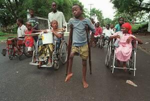 1996, Λιβερία. Μια ομάδα ακρωτηριασμένων και ανάπηρων ανθρώπων διασχίζει τη Μονροβία προκειμένου να φτάσει στο στρατόπεδο προσφύγων του Γκρέιστοουν. Εκμεταλεύονται την κατάπαυση του πυρός, εν όψει των ειρηνευτικών συνομιλιών ανάμεσα στις δύο αντιμαχόμενε