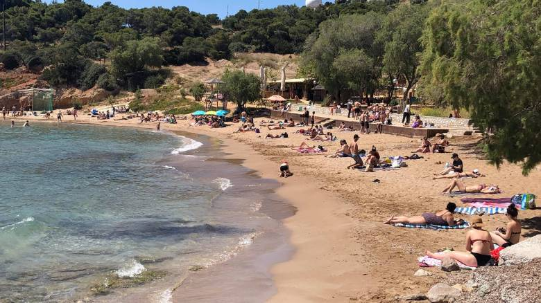 Επιστροφή στις παραλίες: Κολλάει ο κορωνοϊός από την άμμο ή μέσα στη θάλασσα;