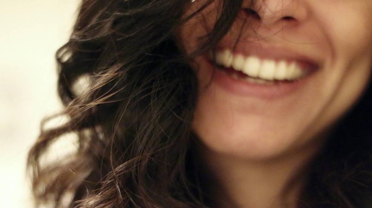 Διαδικτυακή «γυμναστική γέλιου» και διατάσεις στο χαμόγελο εν μέσω κορωνοϊού