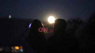 Πλήθος κόσμου στην Ακρόπολη για να δει την τελευταία υπερπανσέληνο του 2020