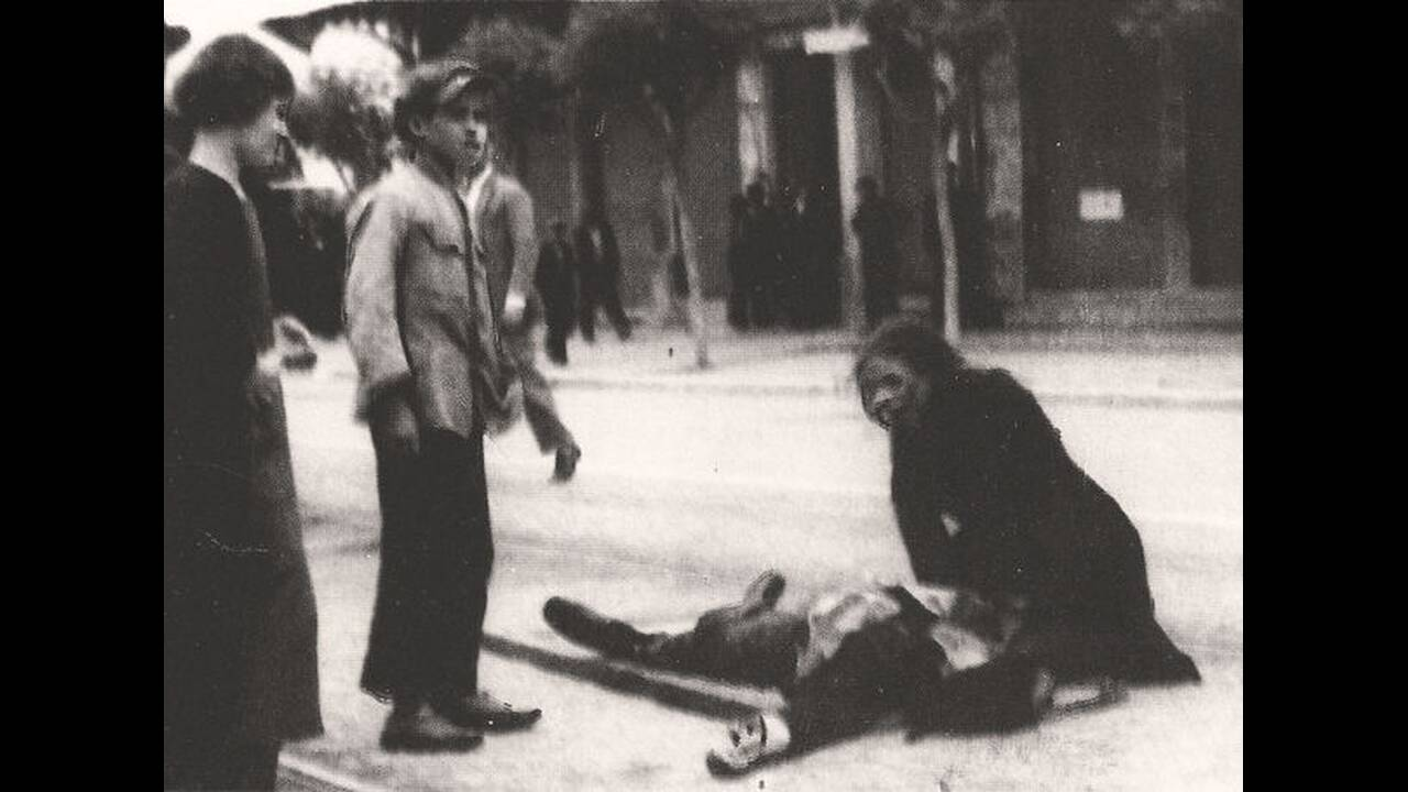 1936, Θεσσαλονίκη.  Η χωροφυλακή διαλύει βίαια συγκέντρωση απεργών καπνεργατών στη Θεσσαλονίκη. 12 νεκροί και 32 τραυματίες είναι ο τραγικός απολογισμός των φονικών συγκρούσεων. Εμπνευσμένος από τους νεκρούς καπνεργάτες, ο Γιάννης Ρίτσος θα γράψει λίγο α