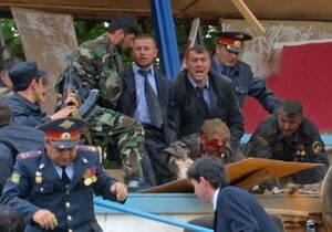 2004, Γκρόζνι, Τσετσενία.  Αστυνομικοί σηκώνουν τον Πρόεδρο της Τσετσενίας, Ακμάντ Καντίροφ, μετά την έκρηξη που σημειώθηκε στο στάδιο της Δυναμό κατά τη διάρκεια των εορτασμών της νίκης των Συμμάχων επί των Γερμανών. Η έκρηξη σημειώθηκε κάτω από τις θέσ