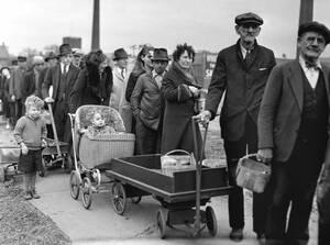 1938, Κλίβελαντ, ΗΠΑ.  Γονείς φέρνουν μαζί τους τα παιδιά τους για να στηθούν στην ουρά -που εκτείνεται σε αρκετά οικοδομικά τετράγωνα- προκειμένου να πάρουν τη μερίδα από πατάτες και λάχανο που τους μοιράζει η Ομοσπονδιακή Κυβέρνηση. Τα χρήματα της τοπι