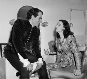 """1940, Μπρόντγουεϊ. Ο Λόρενς Ολιβιέ και η Βίβιαν Λι στα παρασκήνια του θεάτρου της 51ης Οδού, στο Μπρόντγουεϊ, μετά την πρεμιέρα του έργου """"Ρωμαίος και Ιουλιέτα"""" του Σαίξπηρ."""