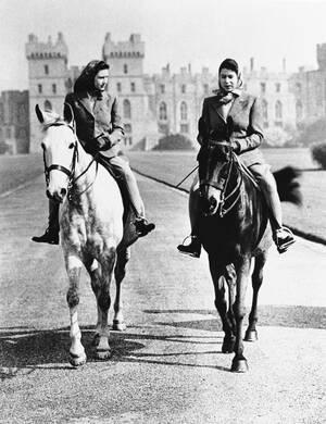 1946, Κάστρο του Ουίνσορ.  Δεξιά η 20χρονη πριγκίπισσα Ελισάβετ και αριστερά η 15χρονη αδελφή της Μαργαρίτα, κάνουν ιππασία στους κήπους του Κάστρου του Ουίνσορ, κατοικίας της βασιλικής οικογένειας της Αγγλίας.