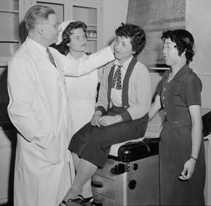 1955, Νέα Υόρκη.  Δύο θύματα της ατομικής βόμβας στη Χιροσίμα, βρίσκονται στο Νοσοκομείο Mt. Sinai στη Νέα Υόρκη για προεγχειρητικούς ελέγχους. Οι δύο γυναίκες είναι μέλη μιας ομάδας που ήρθε στη Νέα Υόρκη για να τις βοηθήσουν οι Αμερικανοί πλαστικοί χει