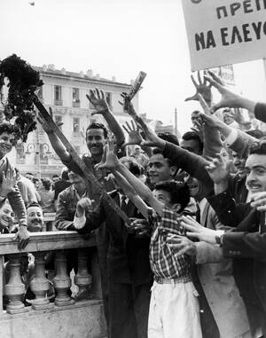 1956, Αθήνα.  Διαδηλωτές καίνε αγγλικές σημαίες, κατά τη διάρκεια διαμαρτυρίας εναντίον τόσο της Αγγλίας όσο και των ΗΠΑ για την καταδίκη δύο Κυπρίων αγωνιστών σε θάνατο. Οι διαδηλώσεις είναι οι χειρότερες από το 1944 και είχαν ως συνέπεια το θάνατο 4 αν