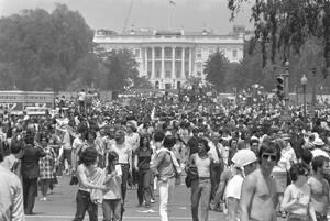 1970, Ουάσινγκτον Χιλιάδες άνθρωποι διαδηλώνουν μπροστά από το Λευκό Οίκο κατά του πολέμου στο Βιετνάμ.