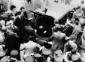 1978, Ρώμη.  Το νεκρό σώμα του Ιταλού Πρωθυπουργού Άλντο Μόρο βρίσκεται στο πορτ μπαγκάζ ενός αυτοκινήτου κοντά στα γραφεία του Χριστιανοδημοκρατικού κόμματος, 55 μέρες αφότου ο Μόρο απήχθη από τις Ερυθρές Ταξιαρχίες.