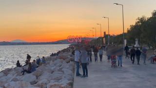 Άρση μέτρων-Κορωνοϊός: Πλήθος κόσμου στην παραλία του Παλαιού Φαλήρου