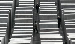 2005, Βερολίνο.  οι επισκέπτες περπατούν ανάμεσα στις τσιμεντένιες κολώνες στο Νέο μνημείο του Ολοκαυτώματος.
