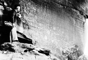 1935, Νεβάδα.  Ένας άντρας θαυμάζει τα αρχαία πετρογλυφικά στον βράχο Ατλάλ στην Κοιλάδα της Φωτιάς στη Νεβάδα. Τα πετρογλυφικά αυτά δεν έχουν αποκρυπτογραφεί και σε λίγα χρόνια θα βρεθούν κάτω από το νερό μετά την ανέγερση του φράγματος του Μπόλντερ.