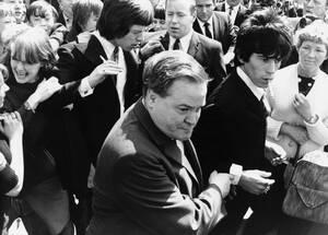 1967, Βρετανία.  Ο Μικ Τζάγκερ με μακριά μαλλιά (αριστερά στο κέντρο) και ο Κιθ Ρίτσαρντ, φεύγουν από το δικαστήριο, όπου προσήλθαν για να δικαστούν για κατοχή ναρκωτικών ουσιών.