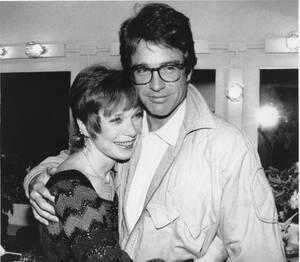 1984, Νέα Υόρκη.  Ο ηθοποιός Γουόρεν Μπίτι, στα δεξιά, αγκαλιάζει την αδελφή του Σίρλεϊ ΜακΛέιν στα παρασκήνια του θεάτρου Γκέρσουιν στη Νέα Υόρκη.
