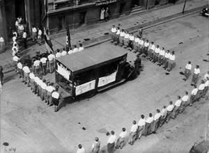 """1933, Βερολίνο.  Βιβλία που θεωρούνται ¨ακατάλληλα"""" συγκεντρώνονται στο κέντρο μιας ομάδας φοιτητών της Ναζιστικής νεολαίας, με σκοπό να παραδοθούν στην πυρά."""
