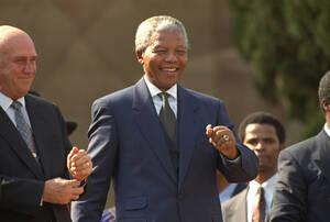 """1994, Ν. Αφρική.  Ο Πρόεδρος Νέλσον Μαντέλα χορεύει σε μια συναυλία που γίνεται για να εορταστεί η ορκομωσία του, στην Πρετόρια. Δίπλα του είναι ο πρώην Πρόεδρος Φρεντερίκ ντε Κλερκ. de Klerk. """"Ποτέ, ποτέ καο ποτέ ξανα σε αυτή την όμορφη γη δεν θα ξαναζή"""