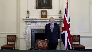 Κορωνοϊός - Βρετανία: Διάγγελμα Τζόνσον για την επόμενη μέρα, ενώ οι Βρετανοί πλημμύρισαν τα πάρκα