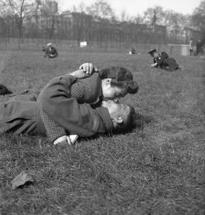 1942, Λονδίνο Ένας Καναδός στρατιώτης και το κορίτσι του εκμεταλεύονται τις πρώτες ζεστές μέρες, μετά από έναν πολύ κρύο χειμώνα, για να πάρουν μια ανάσα από τον πόλεμο, πριν εκείνος επιστρέψει στο μέτωπο.