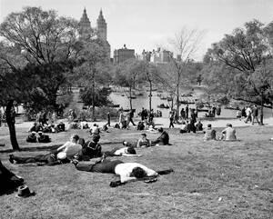 1947, Νέα Υόρκη.  Άνθρωποι χαλαρώνουν στο γρασίδι, όσο άλλοι νοικιάζουν βάρκες, ένα ανοιξιάτικο απόγευμα στο Σέντραλ Παρκ της Νέας Υόρκης.